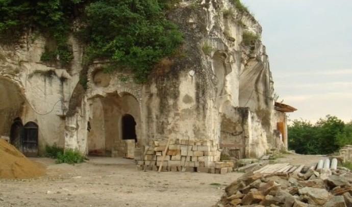 Лядовський скельний монастир