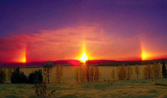 Три Сонця в небі (гало, побічні сонця та сонячні стовпи)