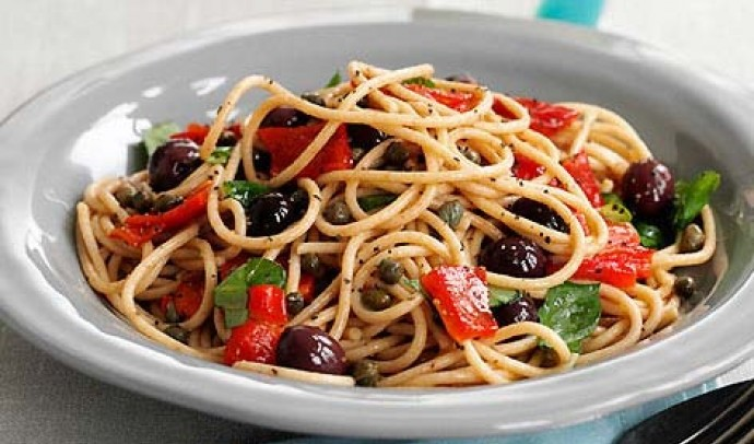 Паста з томатами та маслинами