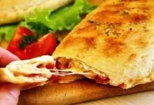 Піца «Кальцоне» з сиром та зеленню
