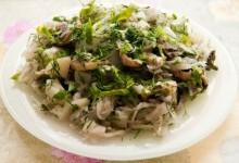 Салат із квашеної капусти і грибів
